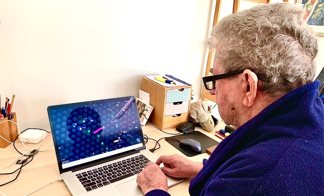Redditor introduces 88-year-old to Slither.io